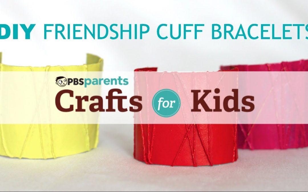 Bracelet DIY fabriqué avec un rouleau en carton et des fils, idéale pour réaliser avec les enfants