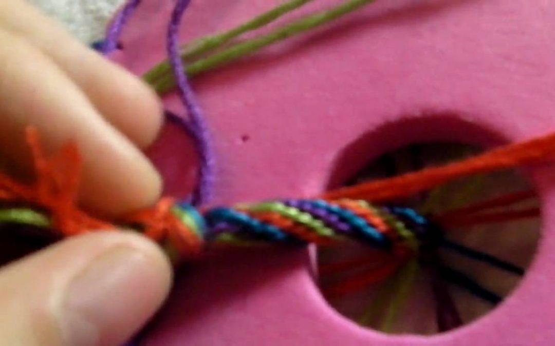 Bracelet de l'amitié à rayures en utilisant une roue de kumihimo (tutoriel)
